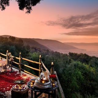 Header-romantic-dinner-with-rose-petals-overlooking-the-ngorongoro-crater-on-a-luxury-tanzania-safari
